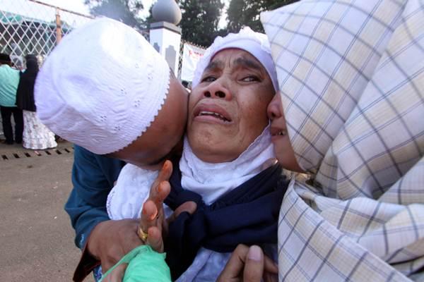 Jemaah haji kloter pertama DKI Jakarta dipeluk anggota keluarganya saat tiba di Asrama Haji, Pondok Gede, Jakarta Timur, Kamis (7/9/2017). - Antara/Yulius Satria Wijaya