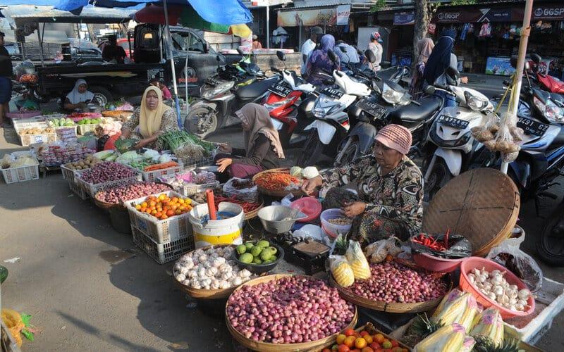 Pedagang sayur mayur berjualan tanpa mengunakan masker di wajahnya di Pasar tradisional Blega, Bangkalan, Jawa Timur, Selasa (8/6/2021). Kementerian Kesehatan meminta Pemkab Bangkalan untuk memperketat protokol kesehatan terkait lonjakan kasus Covid-19 di daerah itu serta meningkatkan pemeriksaan spesimen, penelurusan dan perawatan. - Antara/Saiful Bahri.