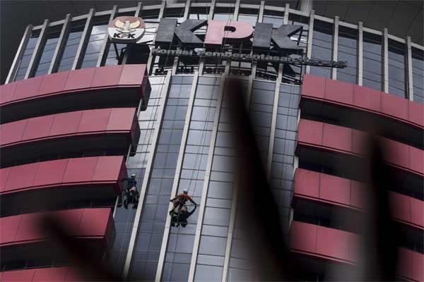 Pekerja membersihkan kaca Gedung Merah Putih KPK, Jakarta, Senin (8/5). - Antara/Hafidz Mubarak A