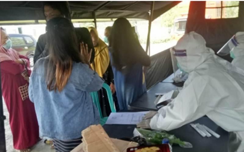 Rapid test di lokasi penyekatan di Pamekasan, Madura, Jawa Timur, Selasa (8/6/2021) diselenggarakan oleh Satgas Covid-19 Pemkab setempat. - Antara/Abd Aziz\r\n\r\n