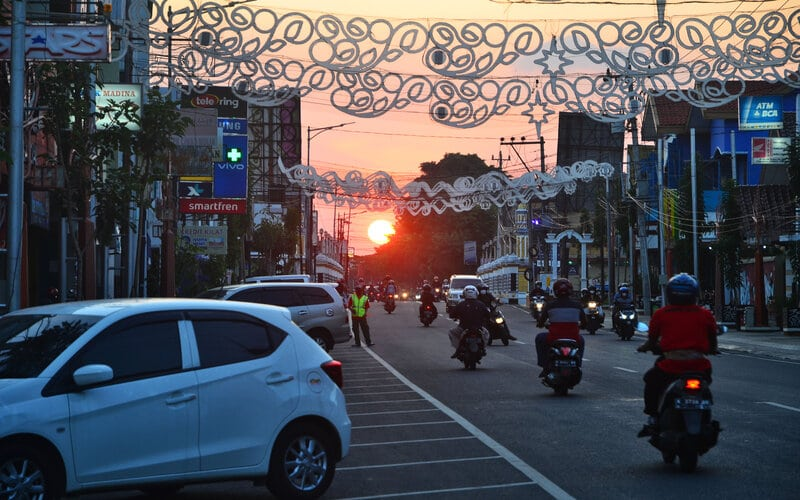 Sejumlah warga melintas di jalan Sunan Kudus, Kudus, Jawa Tengah, Sabtu (5/6/2021). Pemerintah setempat menerapkan kebijakan dua hari di rumah saja bagi warganya pada Sabtu (5/6/2021) hingga Minggu (6/6/2021) untuk menekan angka penyebaran kasus Covid-19 yang melonjak pascalebaran. - Antara/Yusuf Nugroho.