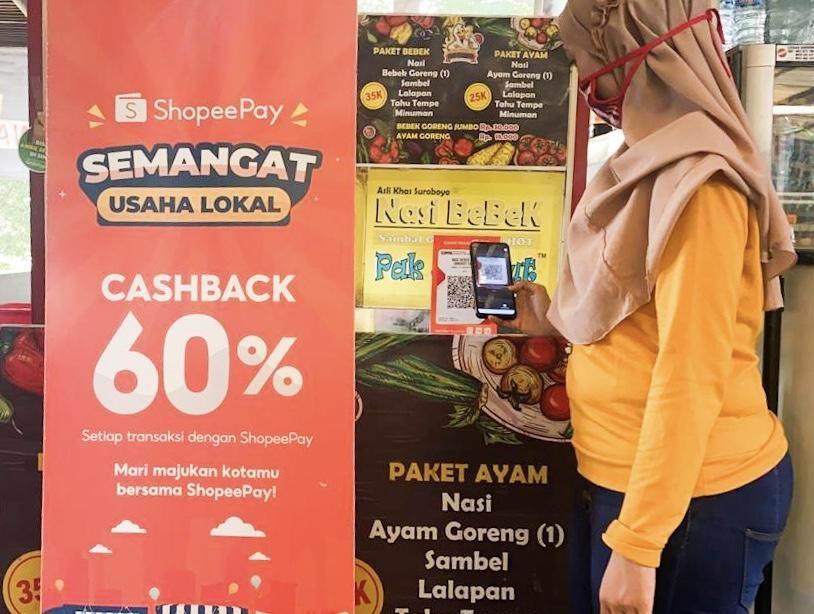 Foto: Seorang pengunjung sedang melakukan transaksi digital menggunakan ShopeePay sembari menikmati promo cashback 60% di Fresh Market CitraLand