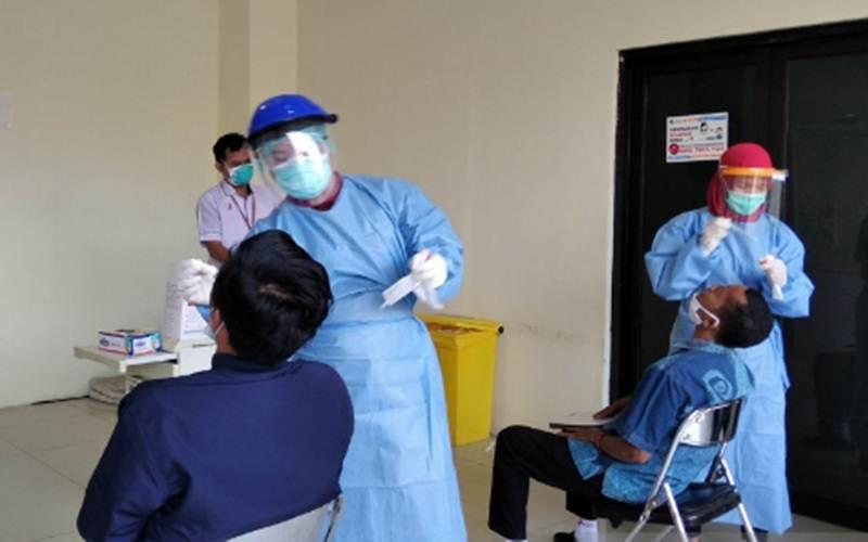Petugas medis di RSUD Loekmono Hadi Kudus, Jawa Tengah, tengah melayani pemeriksaan tes swab PCR. - Antara/Akhmad Nazaruddin Lathif