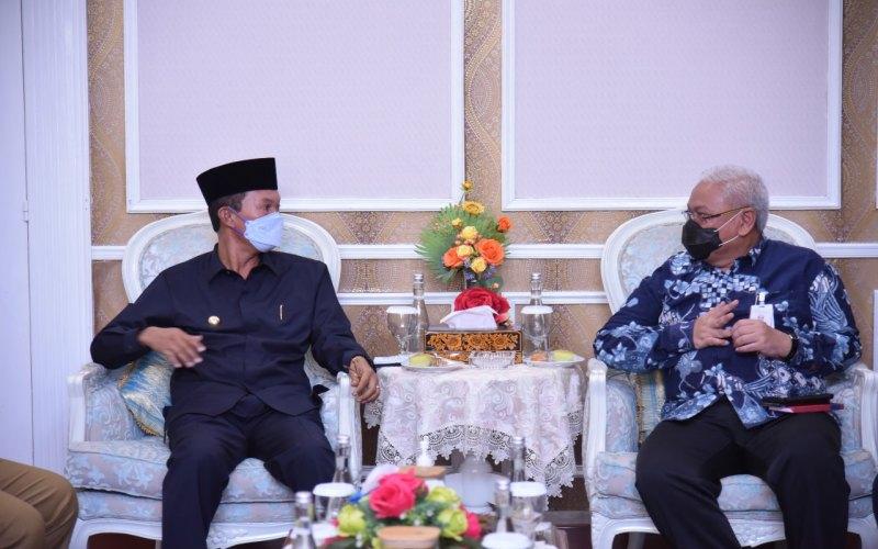 Wali Kota Palembang Harnojoyo (dari kiri) berbincang dengan Direktur Utama Bank Sumsel Babel Ahmad Syamsudin terkait pemasaran produk UMKM ke Australia. istimewa