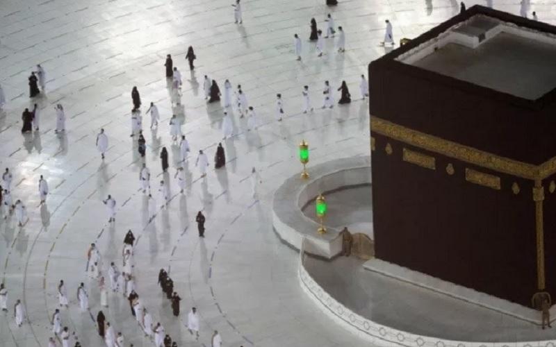 Kelompok pertama umat muslim melakukan ibadah umrah dengan penerapan protokol kesehatan di Masjidil Haram, Mekah, Arab Saudi, Sabtu (3/10/2020). - Antara\r\n