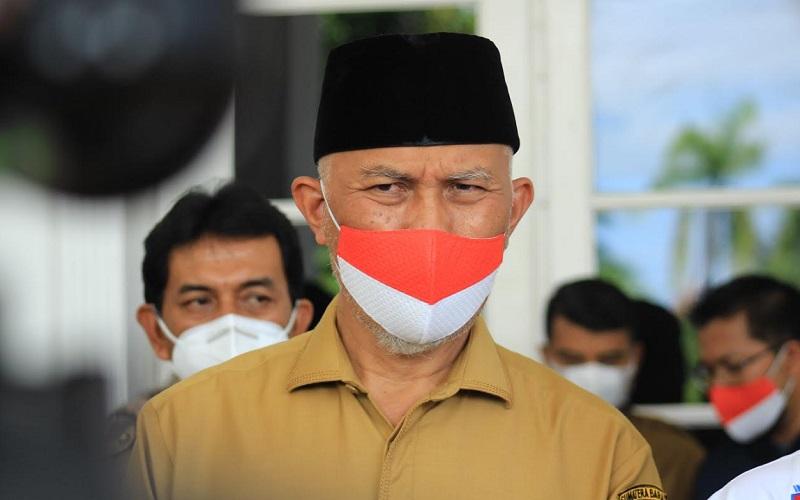 Gubernur Sumatra Barat Mahyeldi saat memberikan keterangan pers di Padang.  - Bisnis/Noli Hendra