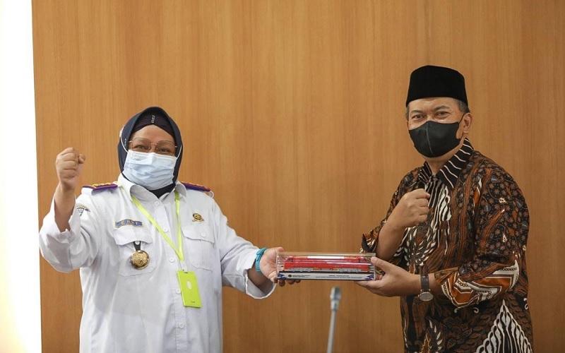 Wali Kota Bandung Oded M Danial (kanan) saat menerima Kepala Balai Teknis Perkeretaapian Wilayah Jawa Barat Erni Basri - Istimewa