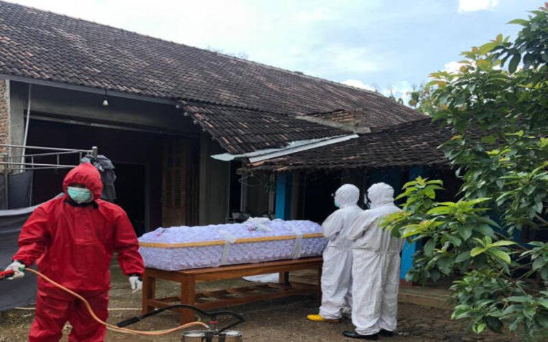 Proses pemulasaran jenazah pasien Covid-19 di Kecamatan Jatiroto, Wonogiri, Selasa (8/6/2021). - Istimewa