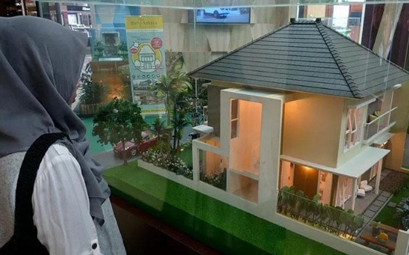 Seorang pengunjung mengamati miniatur rumah saat pameran real estat./Antara - R. Rekotomo\r\n\r\n
