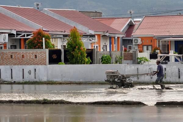 Perumahan di tepi persawahan di Kabupaten Sigi, Sulawesi Tengah./Antara - Mohamad Hamzah