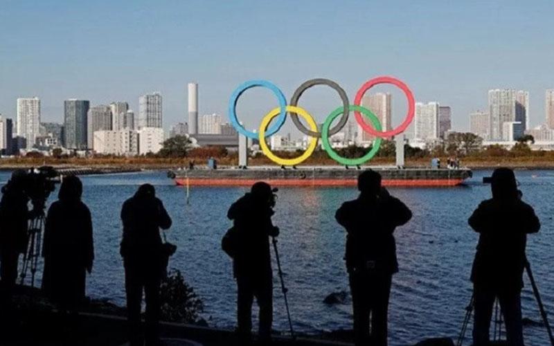 Wartawan mengambil gambar cincin raksasa Olimpiade pada 1 Desember 2020 di Tokyo, Jepang./Antara - Reuters