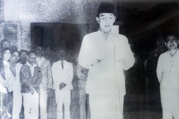 Presiden Soekarno membacakan teks Proklamasi Kemerdekaan Indonesia. - wikipedia