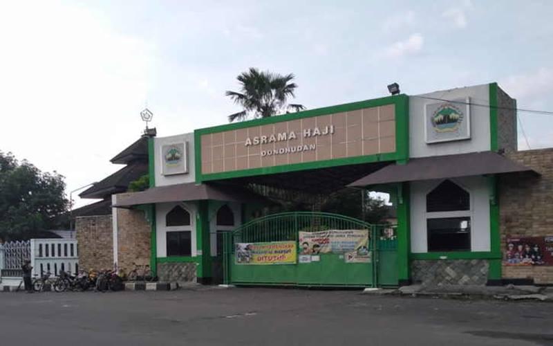 Warga melintas di depan Asrama Haji Donohudan, Kecamatan Ngemplak, Kabupaten Boyolali, Minggu (7/3/2021). JIBI - Solopos.com/Bayu Jatmiko Adi.