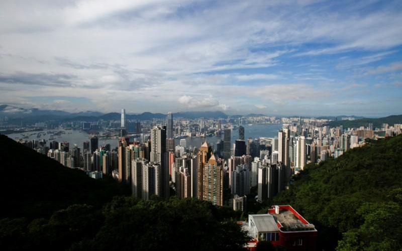 Pemandangan Pelabuhan Victoria di Hong Kong terlihat dari The Peak, foto file Agustus 2017. - Reuters