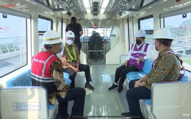 Presiden Joko Widodo didampingi Menteri Perhubungan Budi Karya Sumadi menjajal kereta LRT Jabodebek pada Rabu 9 Juni 2021 / Youtube Setpres