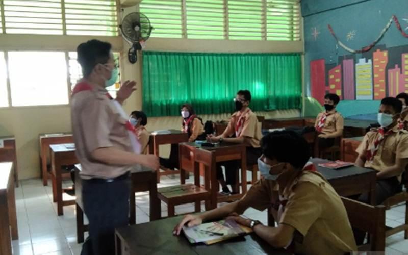 Sejumlah siswa SMK Negeri 47 Jakarta mengikuti pembelajaran tatap muka kedua yang dijadwalkan berlangsung 9 - 24 Juni 2021 di Jakarta, Rabu (9/6/2021). - Antara/Dewa Ketut Sudiarta Wiguna