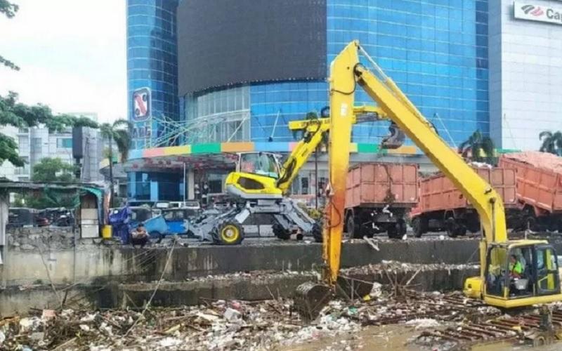 Petugas UPK Badan Air Dinas LH DKI Jakarta mengevakuasi sampah seberat 144 meter kubik dari Kali BKB Season City, Tambora, Jakarta Barat, Senin (8/2/2021). - Antara\r\n