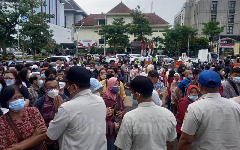 Antrean warga yang hendak vaksin di depan Gedung Gradhika Semarang. - Bisnis/Alif Nazzala Rizki