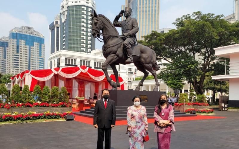 Mantan Presiden  Megawati (tengah) berfoto dengan putranya Prananda Prabowo bersama istri Nancy Prananda di hadapan patung kuda Bung Karno yang dibangun Menteri Pertahanan Prabowo Subianto, Minggu (6/6/2021). - Istimewa