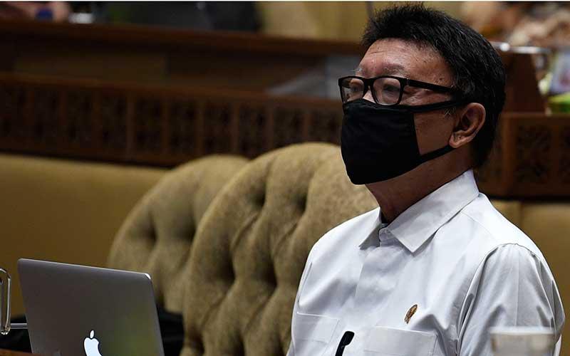 Menteri Pendayagunaan Aparatur Negara dan Reformasi Birokrasi Tjahjo Kumolo menyimak pertanyaan saat Rapat Dengar Pendapat bersama Komisi II DPR di Kompleks Parlemen Senayan, Jakarta, Selasa (23/6/2020). RDP tersebut membahas rencana kerja pemerintah tahun 2021 serta tindak lanjut pelaksanaan seleksi CPNS ditengah pandemi Covid-19. ANTARA FOTO - Puspa Perwitasari