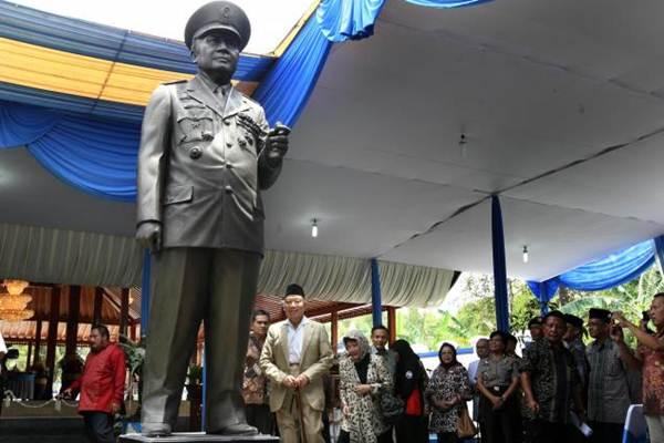 Probosutedjo (tengah) saat meresmikan patung sosok Soeharto di Dusun Kemusuk, Desa Argomulyo Kecamatan Sedayu, Bantul, Jumat (01/03/2013). - JIBI/Desi Suryanto