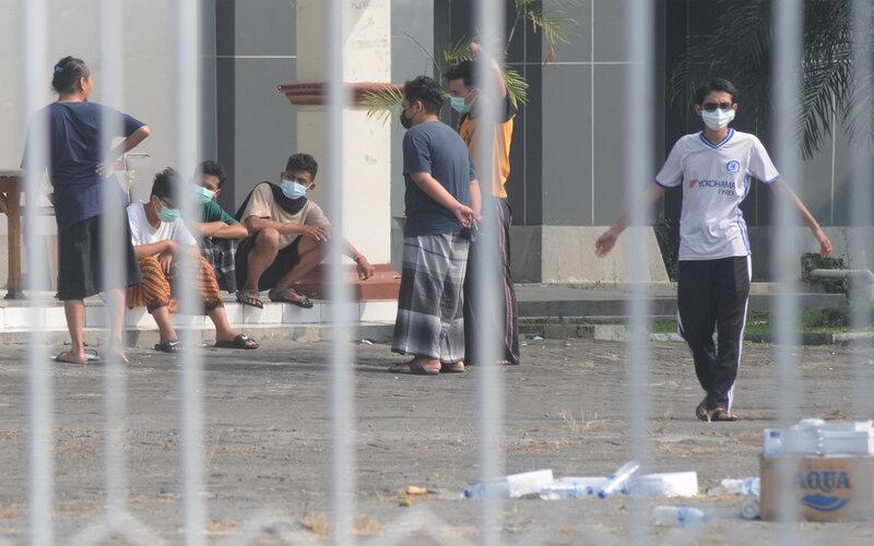 Sejumlah pasien orang tanpa gejala (OTG) Covid-19 berjemur di halaman Asrama Haji Donohudan, Ngemplak, Boyolali, Jawa Tengah, Rabu (9/6/2021). Berdasarkan data pengawas isolasi pasien OTG Covid-19 Asrama Haji Donohudan, pasien yang berada di asrama tersebut per Rabu (9/6/2021) tercatat sebanyak 293 dari Kudus dan 190 dari Solo Raya. - Antara/Aloysius Jarot Nugroho.