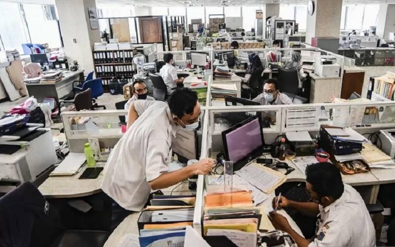 Pegawai DKI Jakarta menyelesaikan pekerjaannya di kantor Balai kota Jakarta, Rabu (10/2/2021). - Antara\r\n