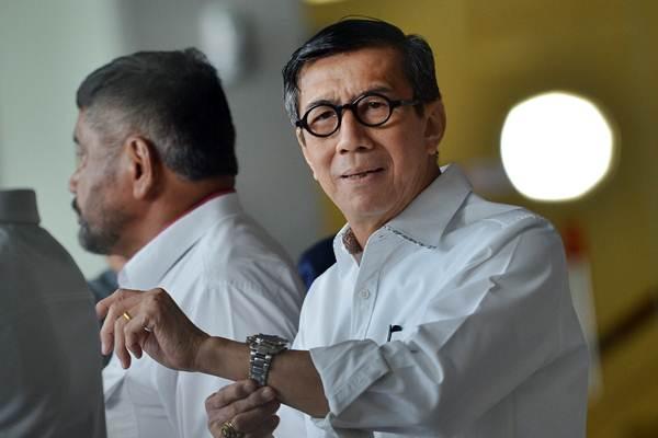 Menteri Hukum dan HAM Yasonna H Laoly berada di lobi seusai menjalani pemeriksaan di gedung KPK Jakarta, Rabu (10/1). - ANTARA/Wahyu Putro A