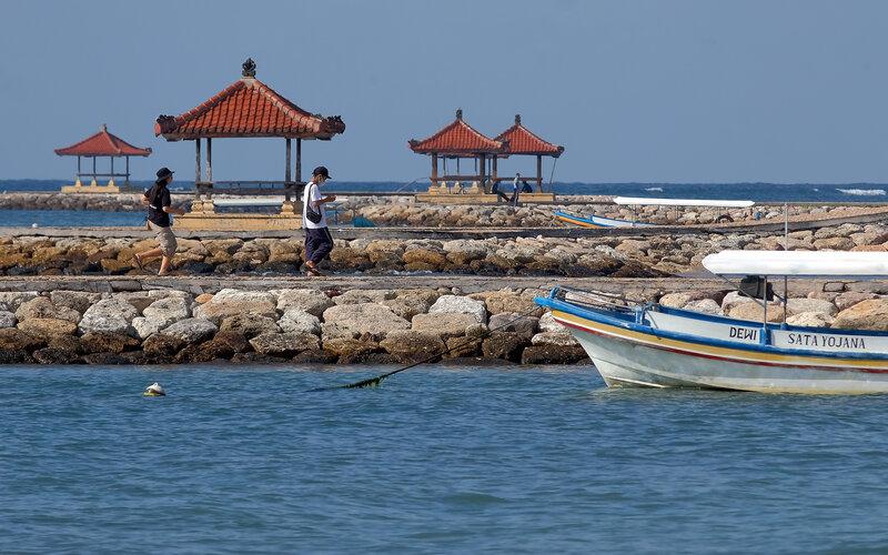 Wisatawan menikmati suasana saat mengunjungi di Pantai Sindhu, Sanur, Denpasar, Bali, Rabu (9/6/2021). Pemerintah Kota Denpasar akan melakukan sales mission atau promosi pariwisata secara daring pada akhir bulan Juni 2021 untuk memperkenalkan dan mengingatkan destinasi wisata yang ada di Denpasar kepada wisatawan mancanegara dalam persiapan menuju kawasan zona hijau bebas Covid-19. - Antara/Nyoman Hendra Wibowo.