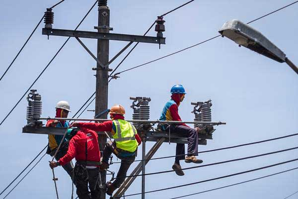 Petugas mengerjakan perawatan jaringan kabel listrik di Manahan, Solo, Jawa Tengah, Jumat (20/10). - ANTARA/Mohammad Ayudha