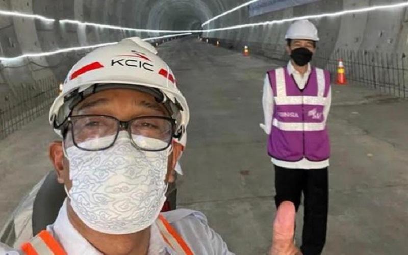 Gubernur Jawa Barat Ridwan Kamil saat selfie bersama Presiden Joko Widodo di lokasi proyek pembangunan kereta cepat Jakarta-Bandung - Istimewa
