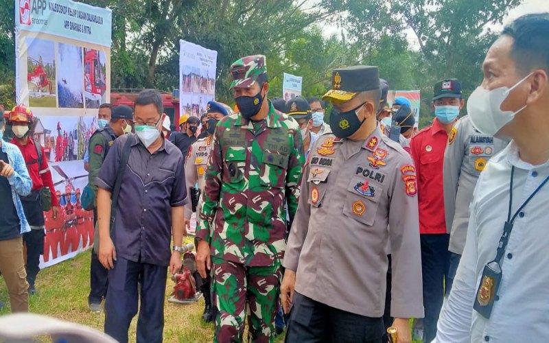 Kapolda Sumsel Irjen Pol Eko Indra Heri (kedua dari kanan) meninjau apel kesiapsiagaan karhutla 2021 di Kabupaten OKI.  - Istimewa