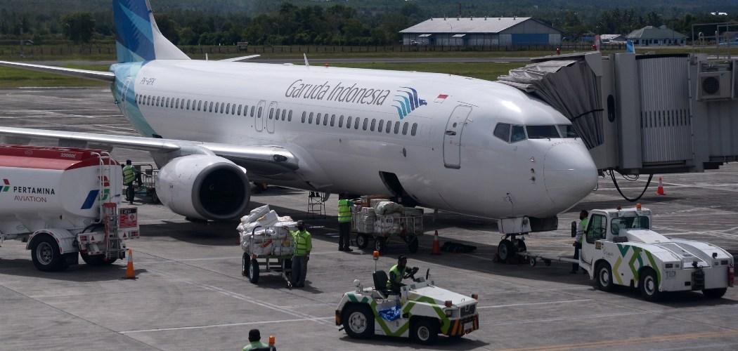 Pekerja menurunkan muatan kargo dari pesawat Garuda Indonesia dengan nomor penerbangan GA 143 setibanya di Bandara Internasional Sultan Iskandar Muda (SIM) Blang Bintang, Kabupaten Aceh Besar, Aceh, Rabu (2/9/2020). - ANTARA FOTO/Ampelsa