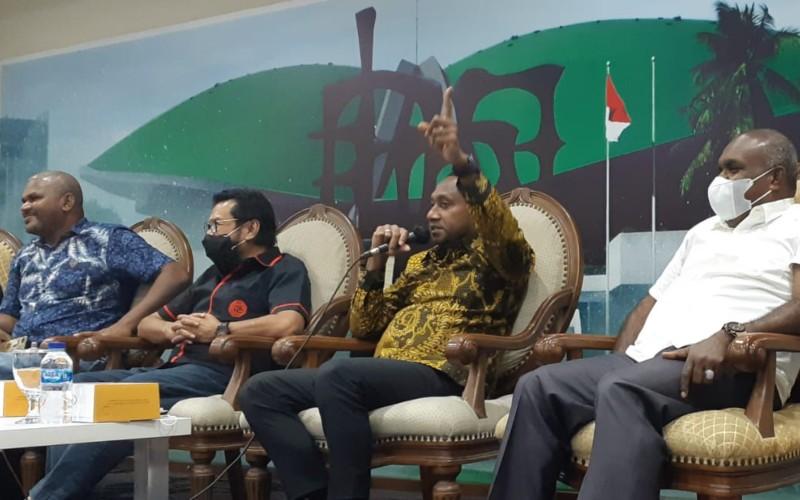 Wakil Ketua Pansus Otsus Papua Yan Mandenas (tengah kanan), Anggota DPD Yorys Raweyai (tengah kiri), Bupati Merauke Romanus Mbraka (kanan) serta perwakilan mahasiswa Papua Jeffry Papare (kiri) tampil dalam diskusi bertajuk 'RUU Otsus Papua, Apakah Menyejahterakan Rakyat?' yang dilaksanakan di Gedung Parlemen, Rabu (9/6/2021) - Bisnis/John Andhi Oktaveri