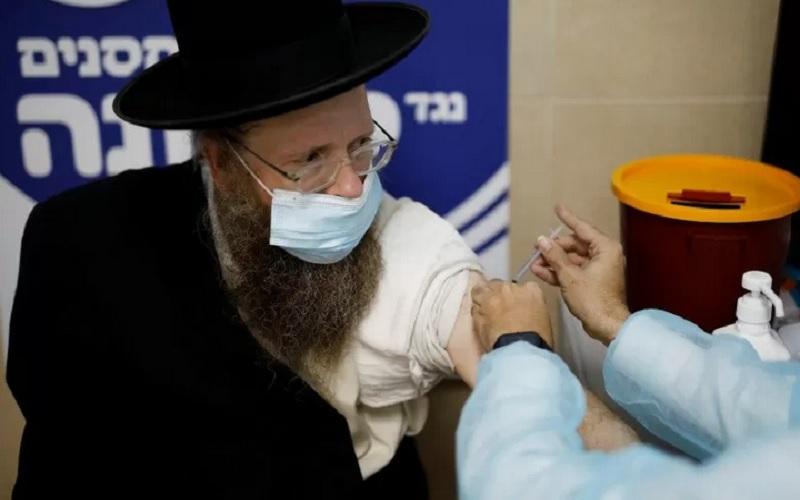 Seorang pria menerima vaksin Covid-19 saat Israel melanjutkan program vaksinasi nasionalnya, di Ashdod, Israel, Selasa (4/1/2021). - Antara/Reuters\r\n