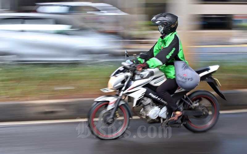 Pengemudi ojek online melintas di kawasan Mayestik, Jakarta, Rabu (18/3/2020).  - Bisnis/Eusebio Chrysnamurti