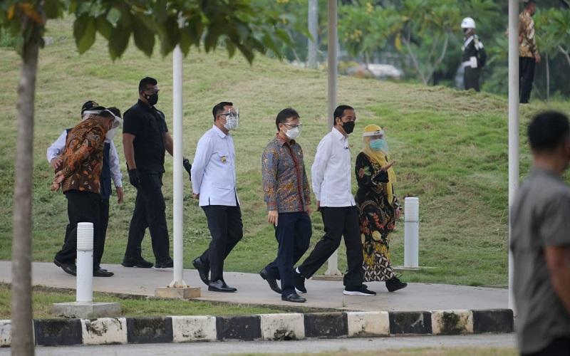 Gubernur Jawa Barat Ridwan Kamil mendampingi Presiden Joko Widodo meninjau program vaksinasi massal di Rumah Sakit Universitas Indonesia, Kota Depok - Istimewa