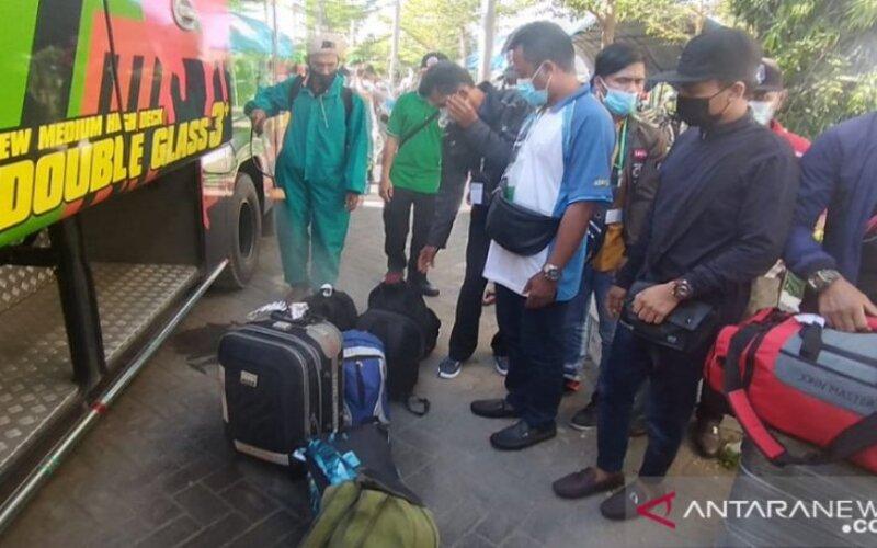 Para pekerja migran Indonesia asal Pamekasan, Jawa Timur saat tiba di halaman Gedung Islamic Center Pamekasan, Rabu (9/6/2021). - Antara/Abd Aziz