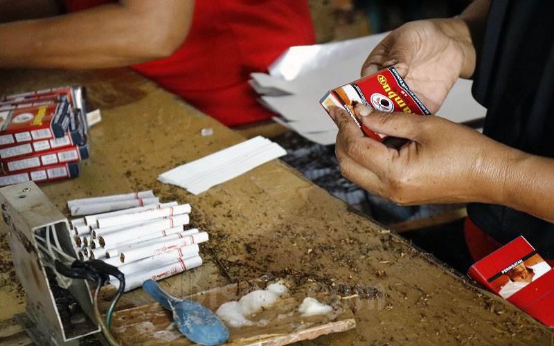 Ilustrasi - Buruh pabrik mengemas rokok SKT di Kawasan Industri Hasil Tembakau (KIHT) Kudus. - Bisnis/Muhammad Faisal Nur Ikhsan