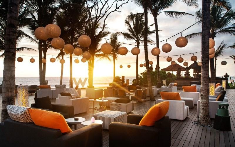 Tamu W Bali Seminyak juga dapat bersantai di akhir pekan dengan menikmati pemandangan sunset dengan alunan musik yang groovy dan asyik dari Andy Chunes (PNNY / NL), Marc Roberts (Pantai People) dan Damian Saint pada 27 Maret 2021.  - W Bali