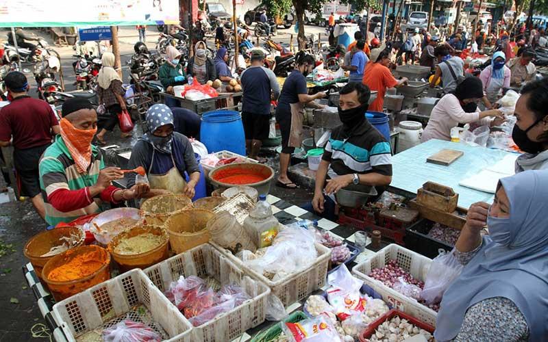 Pedagang melayani pembeli bahan pokok atau sembako di pasar Pondok Labu, Jakarta, Kamis (23/4/2020). Bisnis - Arief Hermawan P