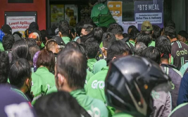 Pengemudi ojek daring memadati gerai McDonald's Raden Saleh di Jakarta, Rabu (9/6/2021). - Antara