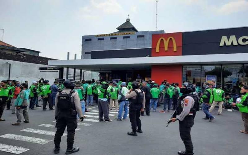 Antrean driver ojek online membeli menu BTS meal di gerai McD atau McDonald's di Jl Slamet Riyadi, Solo, Rabu (9/6/2021). JIBI - Solopos/Ichsan Kholif Rahman