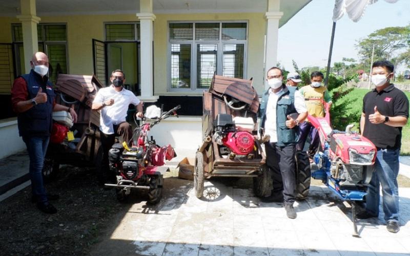PT Migas Hulu Jabar ONWJ (MUJ ONWJ) menyalurkan program CSR mesin pertanian kepada kelompok tani di Indramayu - Istimewa