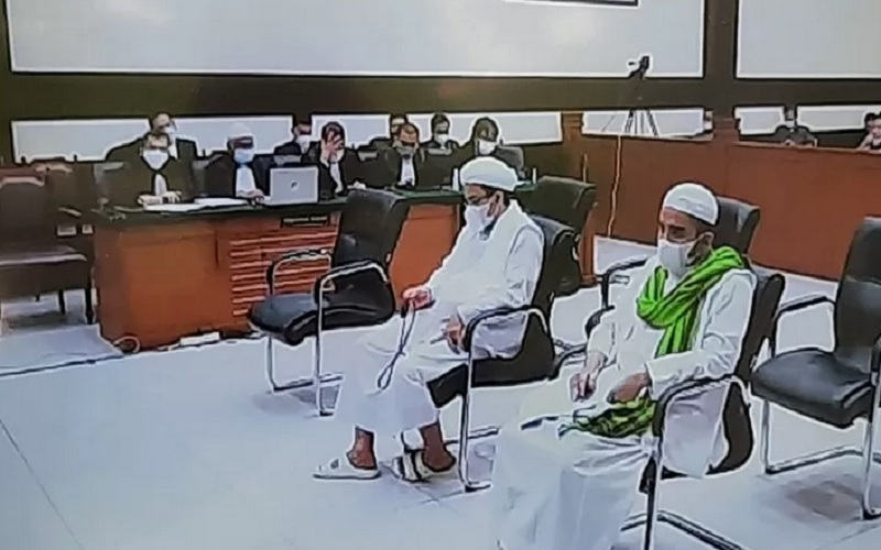 Terdakwa Rizieq Shihab (tengah) menjalani sidang tuntutan dari Jaksa Penuntut Umum untuk kasus tes usap RS UMMI di PN Jakarta Timur, Kamis (3/6/2021). - Antara\r\n\r\n