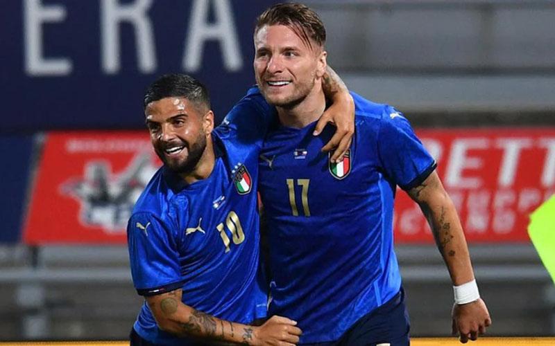 Dua andalan lini depan Italia, Ciro Immobile (kanan) dan Lorenzo Insigne. - UEFA.com