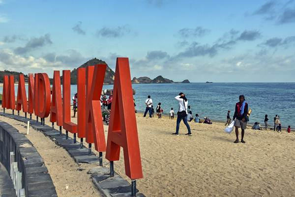 Sejumlah wisatawan berada di pinggiran pantai Kawasan Ekonomi Khusus Mandalika di Desa Kuta, Kecamatan Pujut, Praya, Lombok Tengah, NTB. - Antara/Ahmad Subaidi