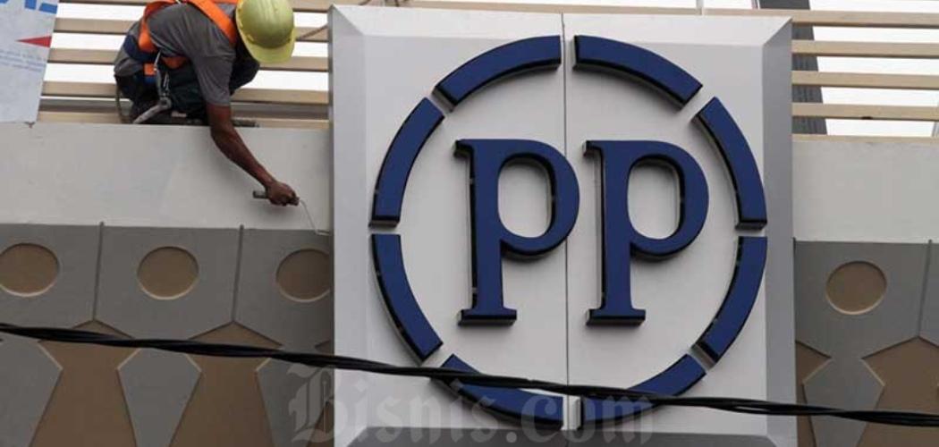 Pekerja beraktivitas di dekat logo PT PP Properti Tbk. di Depok, Jawa Barat, Sabtu (9/5/2020). - Bisnis/Dedi Gunawan