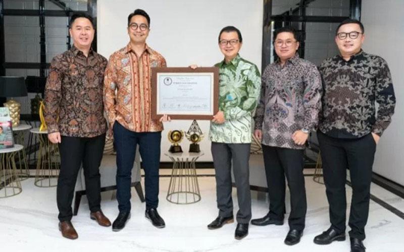 Jajaran direksi PT Triniti Dinamik Tbk. memegang sertifikat pencatatan perdana saham perseroan di Bursa Efek Indonesia./Antara - Triniti