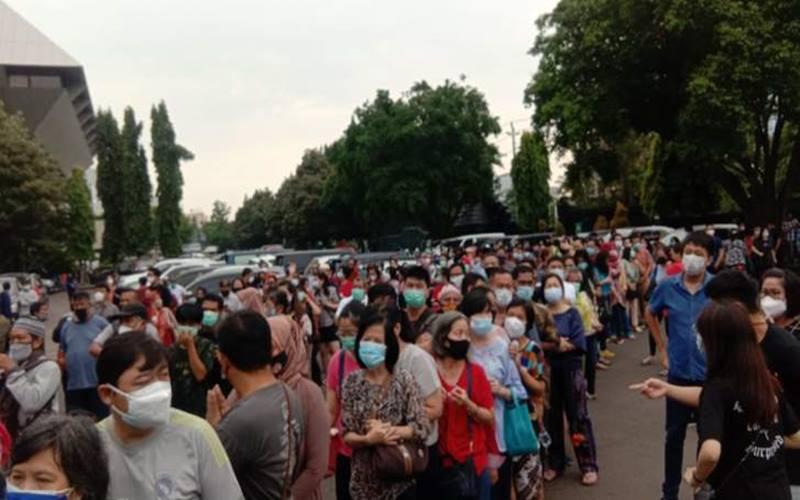Warga mengantre dengan berdesak-desakan untuk mendapatkan vaksin Covid-19 tanpa menerapkan jaga jarak di Sentra Vaksinasi Gradhika, kompleks Pemprov Jateng, Rabu (9/6/2021). JIBI - Solopos.com/Imam Yuda S.